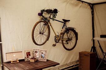 Décoration de salle de mariage avec vélo et bicyclette